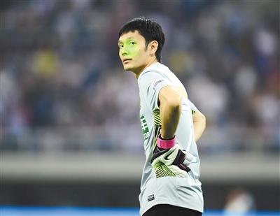杨智频频受到现场球迷激光笔的干扰。 本版图片/Osports