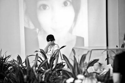 """昨日上午10时,""""最美抗癌女孩""""鲁若晴的遗体告别仪式在青岛市黄岛区殡仪馆举行,鲁若晴生前的亲戚朋友以及众多自发而来的网友前来见鲁若晴最后一面。"""