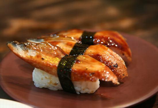 鳗鱼寿司   食材:   主料糯米、大米、紫菜、鳗鱼、烤虾   辅料:醋、盐、糖、芥末   做法:   1.糯米米+大米和醋、盐、糖拌匀,煮熟。稍微凉一下在包,太热会烫破紫菜,太晾就不够有粘性。   2.内卷:紫菜放到竹帘的下方部位,还是光滑的面向下,然后手里攥个比手心小1/3的饭团,放入紫菜的中间,也是,慢慢的把米向外推,但是这次不要把米涂满整个紫菜,上边留下2公分,下边留下1公分。   3.