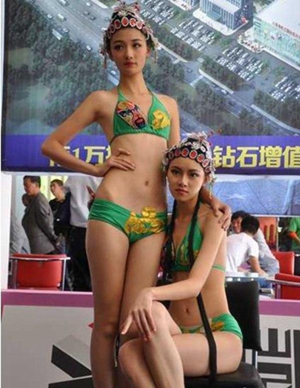82米的一对性感女模展示人体骨干美,吸引了众多市民驻足观赏拍照.