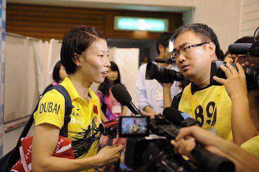 图文:女乒世界杯1/4决赛 武杨接受采访