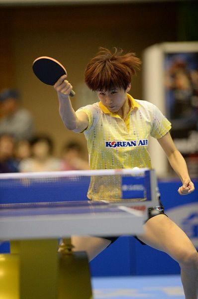 图文:女乒世界杯1/4决赛 石贺净回球