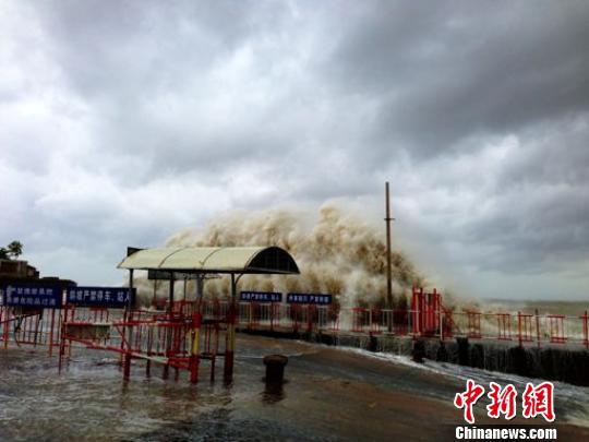 汕头澄海莱芜码头潮位猛涨,巨浪汹涌。 蔡婉佳 摄