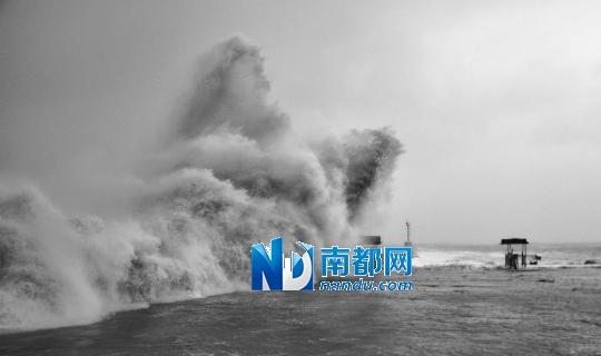 """22日19时40分,强台风""""天兔""""在广东汕尾沿海地区登陆,登陆时中心附近最大风力14级。这是在汕头市莱芜轮渡码头拍摄的海浪。新华社发"""
