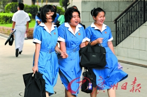 从昨天中午开始,广州所有中学因台风停课。广州旅游商务学校的学生走出校门回家。