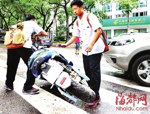 骑超标电动车 中学生撞小车(图)
