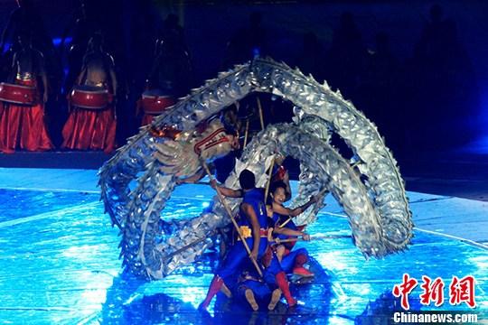 中南大学舞龙队的出场将开幕式带入了高潮。杨华峰 摄