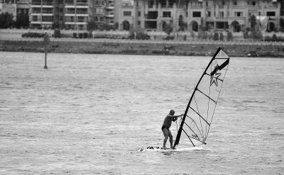 帆板爱好者选择台风天气出来玩帆板