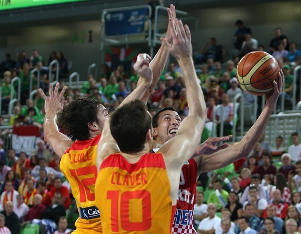 图文:[欧锦赛]西班牙胜克罗地亚 尤吉奇强攻