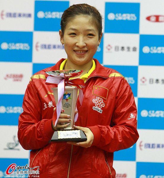 图文:女乒世界杯刘诗雯登顶 刘诗雯笑捧奖杯