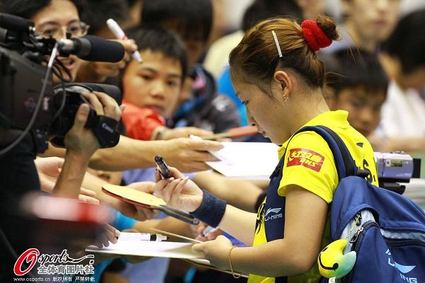 图文:女乒世界杯刘诗雯登顶 刘诗雯给球迷签名
