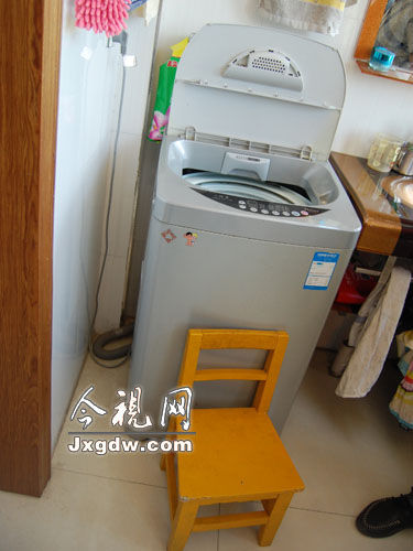 孩子可能是借着凳子爬进洗衣机的。(图片来源:今视网)