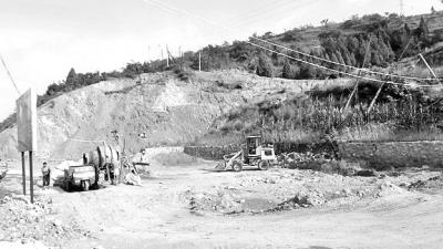 祖坟山坡被挖植被严重破坏