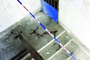 受害人家门口的楼道内地面和墙上布满血迹