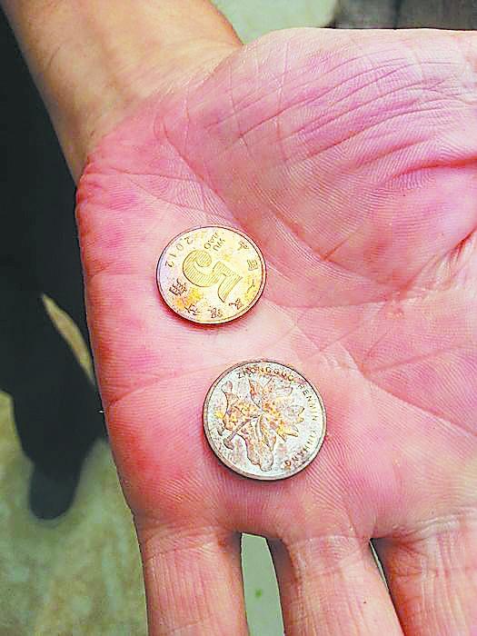硬币放在屋外,一下午变成了紫色