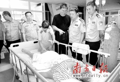 汕头公安局领导看望仍在医院观察治疗的林清祥。