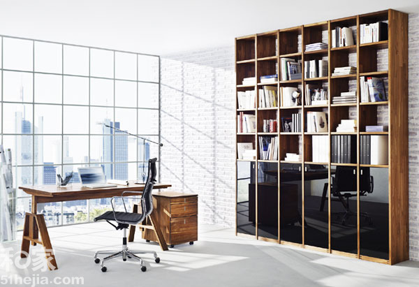 小编点评:   高层住宅的好处就是视野可以很开阔,窗外风景能看的更全,那么将墙体打造成完全透明的玻璃墙就会是很不错的设计,在两面墙相交的角落放上简易的书桌,既有效利用了空间又能在工作学习之余放松放松,远眺风景。