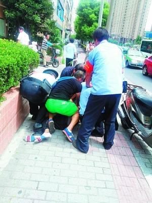 民警、保安和市民合力擒住歹徒。东方早报第1现场 周玫 图