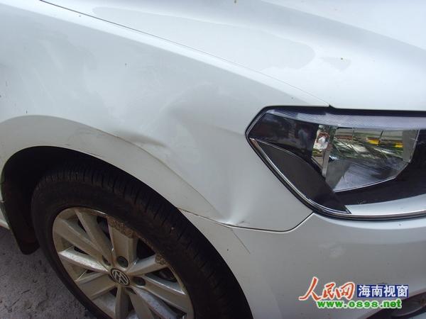...车被一辆别克车撞到车头,别克车主下辱骂后逃逸,此间林女士发...