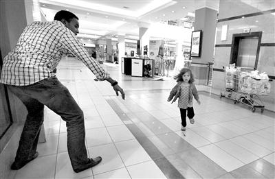 21日,恐怖分子发动袭击,一名惊慌的女童正在奔跑。