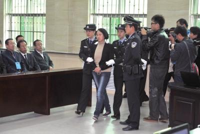 9月24日,龚爱爱走向被告席。新华社发
