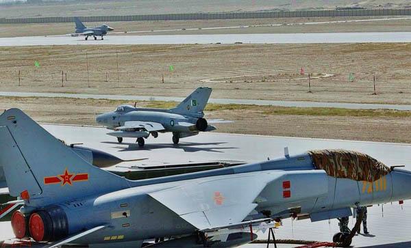 資料圖:中國空軍飛豹戰斗轟炸機和巴基斯坦空軍的殲-7G戰斗機。