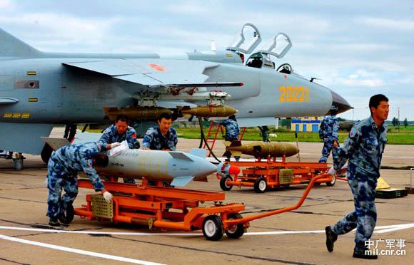資料圖:中國飛豹戰機用制導炸彈『剿匪』。