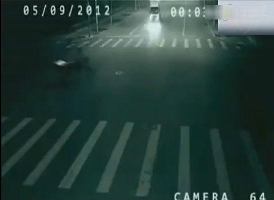 超诡异车祸现场惊爆眼球 三轮车被撞瞬间遭转移