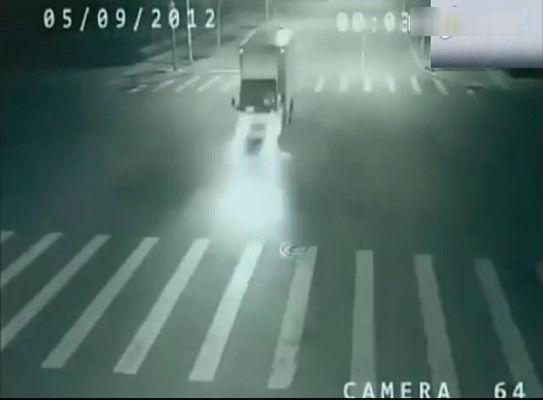 此时,人力三轮车忽然消失不见,十字路口中只有白色的卡车以及它刺眼的车灯。