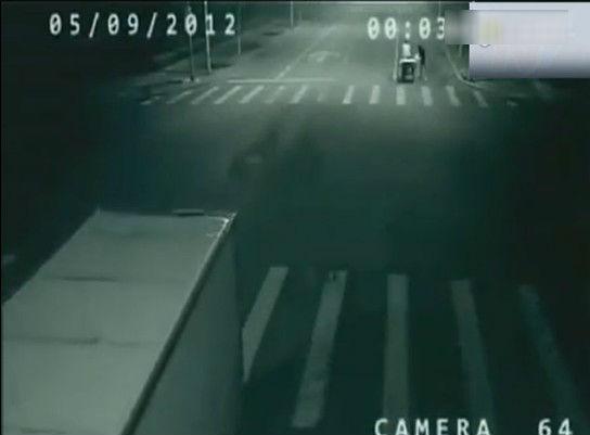 在十字路口外,俨然是那辆几乎被撞上的人力三轮车,一名穿深色衣服的神秘人站在三轮车旁边