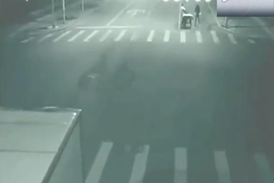 超诡异车祸现场惊爆眼球 三轮车被撞刹那遭神秘人瞬间转移