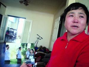 李佩霞一看到儿子申凯做城管时的照片就哭。儿子死后,她不敢再看那些照片。