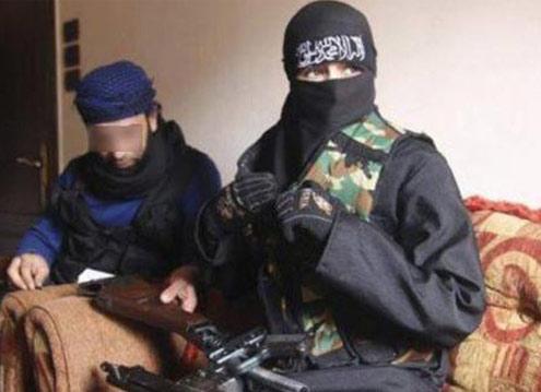 资料图:一名女性伊斯兰圣战者跟一名男性叙利亚反对派武装人员在一起。