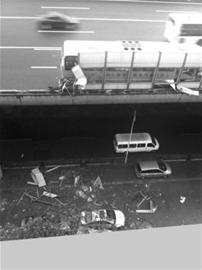 大巴撞断高架隔音板砸坏地面三辆车