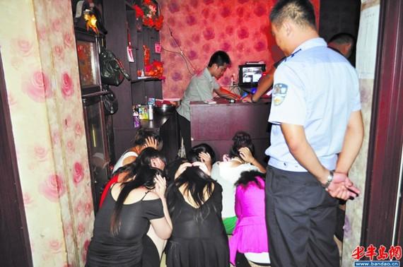 胶州夜查色情场所 床底下揪出6名失足妇女 图图片