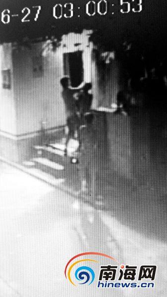 视频显示,保安迟迟不肯开门,老师怒打保安。南国都市报记者聂元剑摄