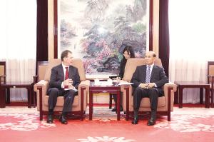 孙扎根与皮特·巴顿座谈。记者杨华 摄