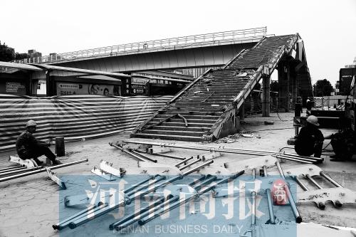 郑州市动物园天桥 上岗不到四年面临拆除