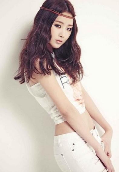 19岁韩国女星全裸开球当众脱衣