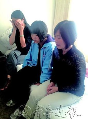 王晓伟被害后,妻子赵敏(右)和女儿(中)一直在宾馆等待事情处理