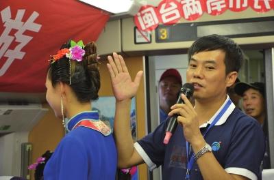 湄洲岛管委会主任郑加清向旅客解说湄洲女的服饰装扮