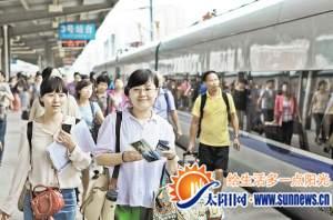"""首趟动车客满,乘客还拿到了特制的""""向莆铁路开通运营纪念明信片""""。"""