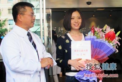 """季加孚院长为姚贝娜颁发了""""北京大学肿瘤医院健康公益大使""""的聘书"""