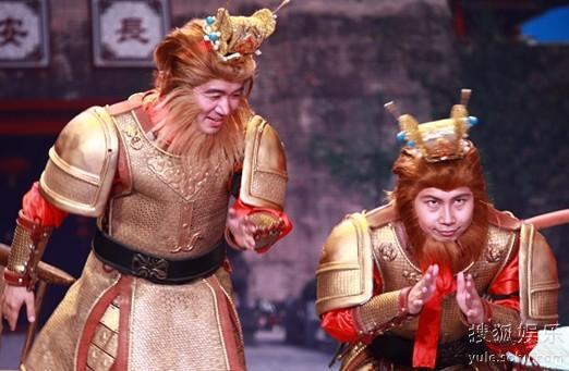 图:没有李菁,何云伟和好友应宁同台表演,也玩得不亦乐乎。