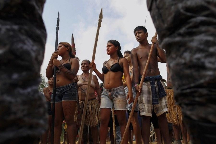 巴西土著用长矛弓箭对抗警方拆迁