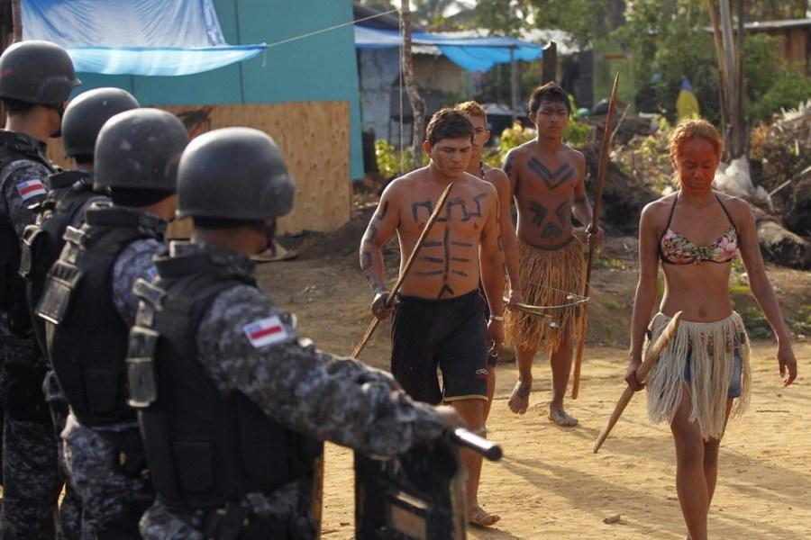 9月25日,巴西玛瑙斯,印第安人用弓箭对抗警方的驱逐。