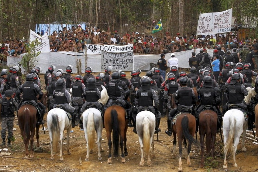 9月25日,巴西玛瑙斯,警方的骑警在与印第安人对峙。
