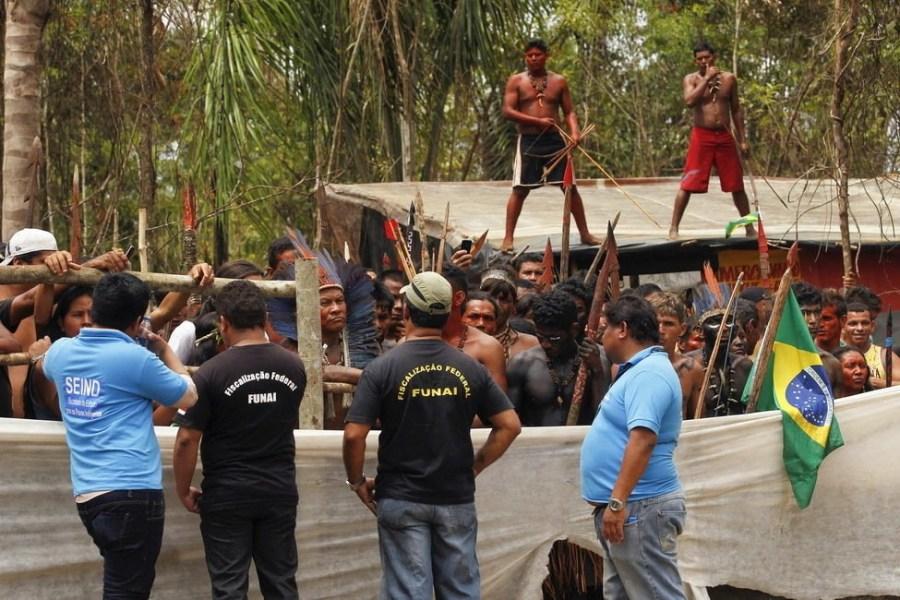 9月25日,巴西玛瑙斯,印第安人用弓箭对抗警方。