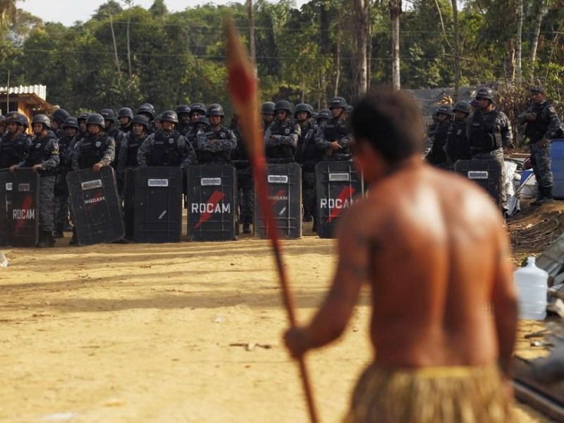 9月25日,巴西玛瑙斯,警方与印第安人对峙。