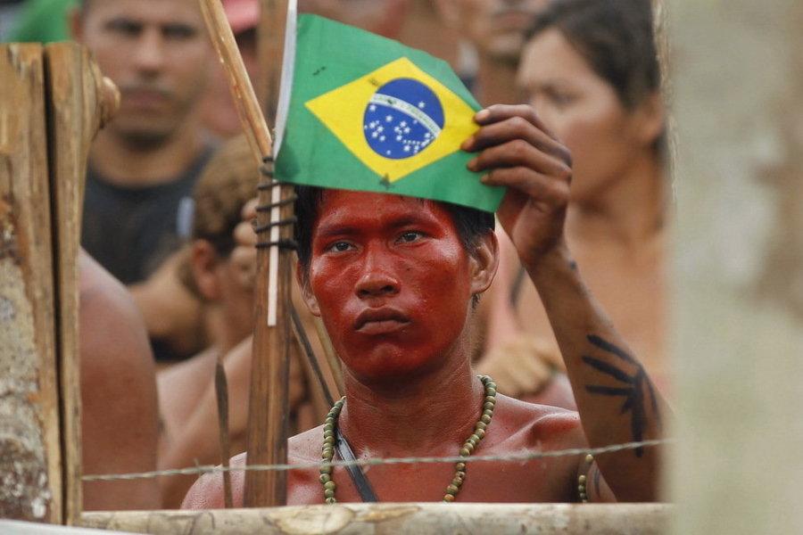 9月25日,巴西玛瑙斯,对峙现场,一名印第安人挥舞巴西国旗。